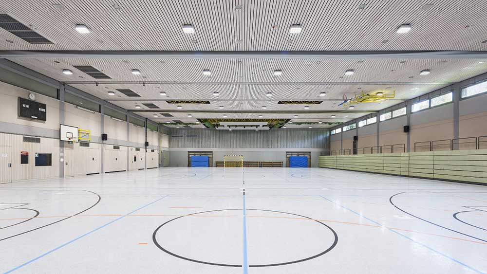 Robust-3 firkantet lampe påbygget på loft i sportshal - Luminex