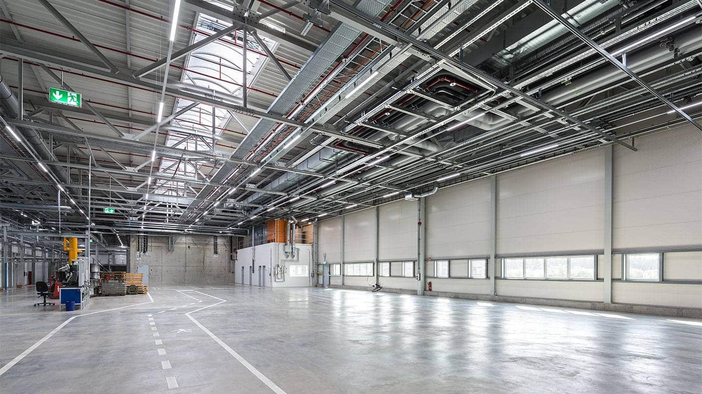 Linia indsats monteret i skinnesystem nedhængt fra loft på lager produkt fra RIDI - Luminex