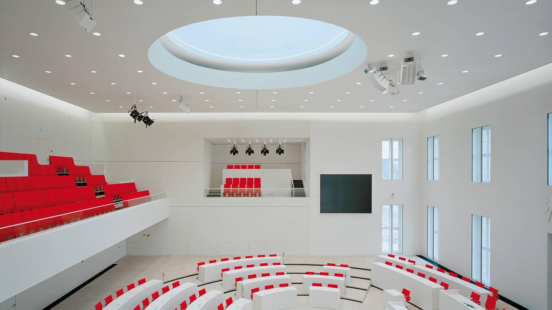 Downlight lampe indbygget i loft i mødelokale produkt fra RIDI - Luminex
