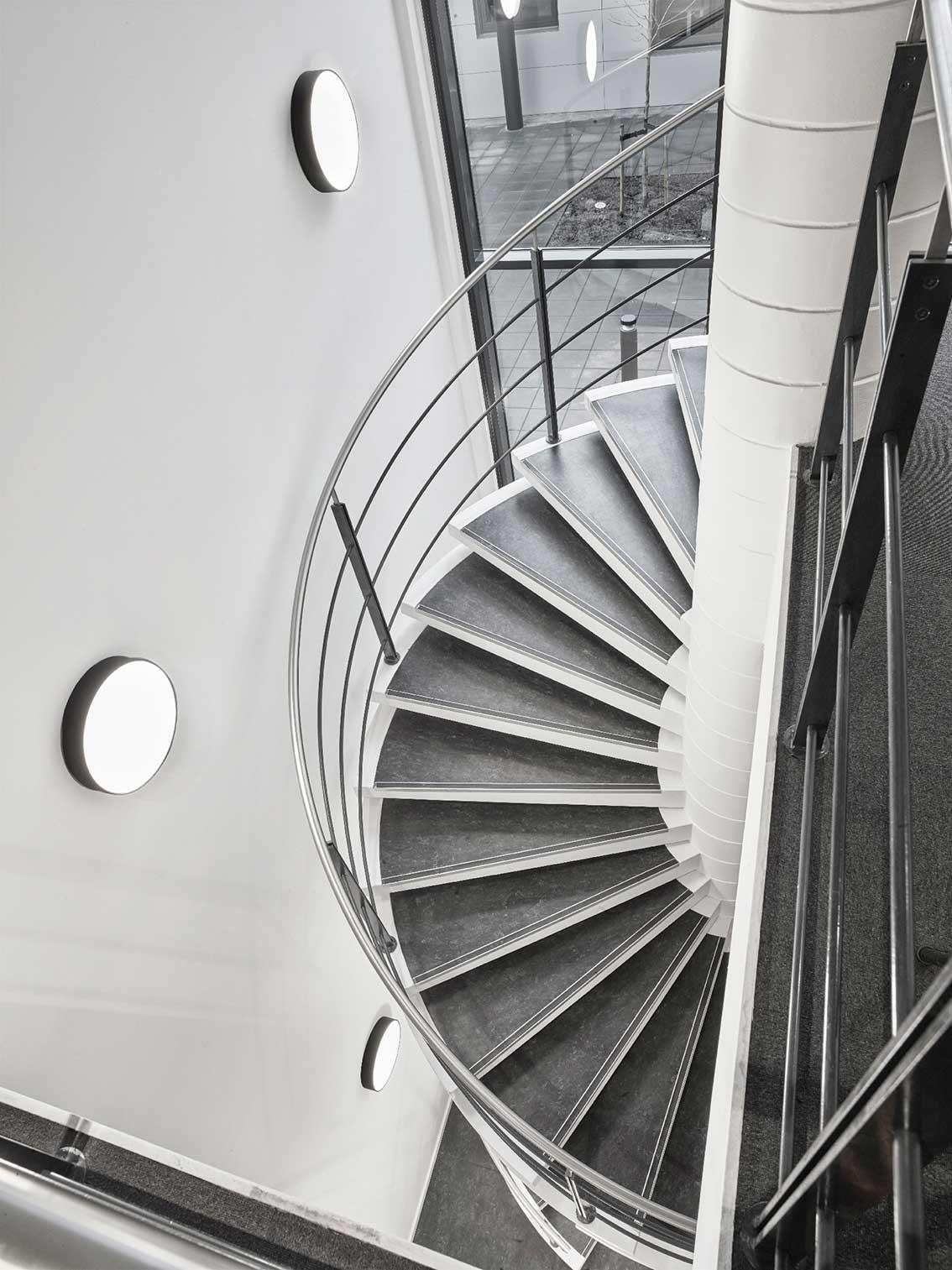 Basic rund lampe monteret ved rund trappe - Luminex