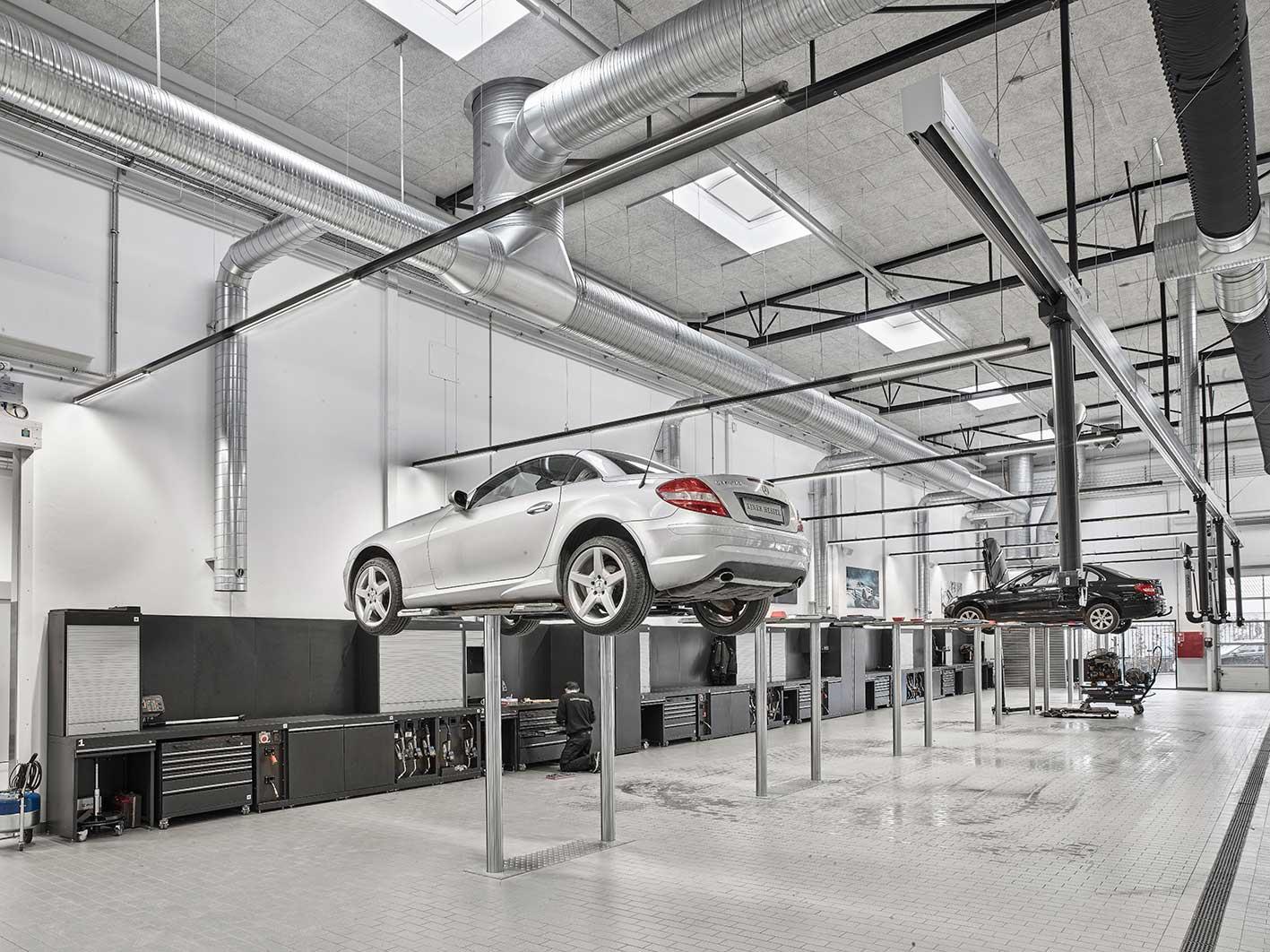 Linia indsats monteret i skinnesystem nedhængt fra loft på værksted RIDI produkt - Luminex