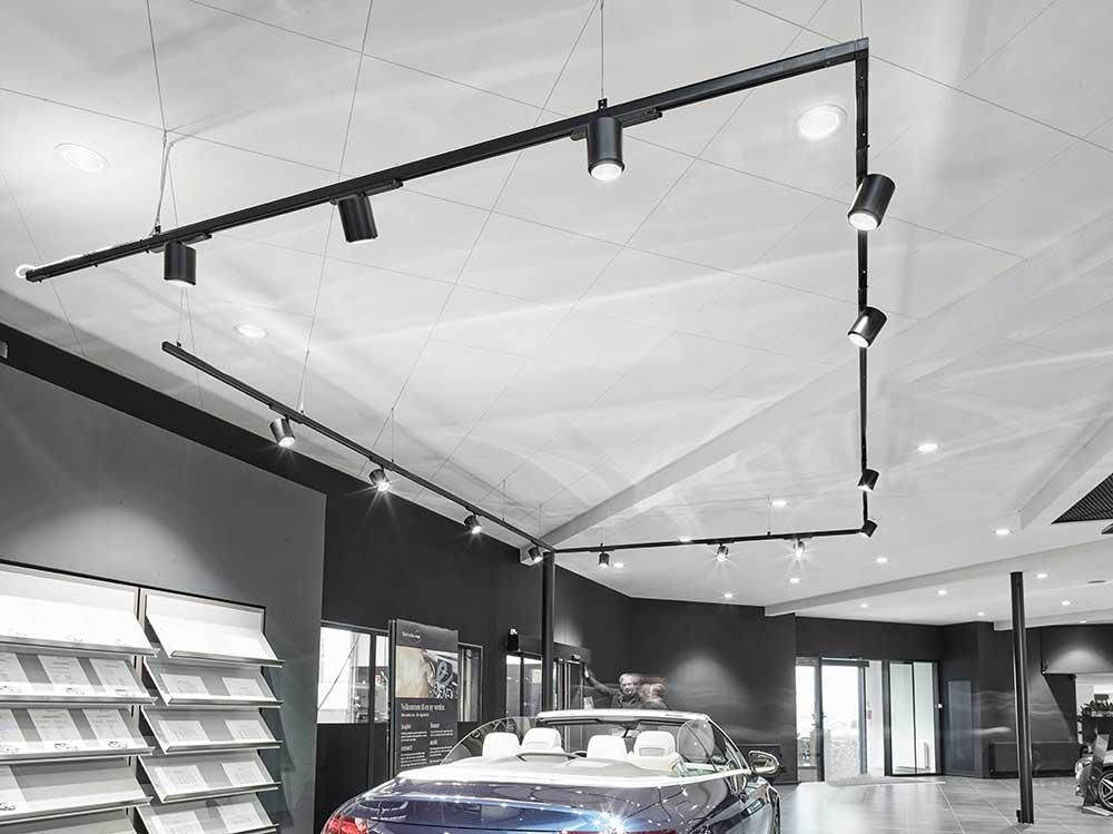 Odion XL spotlight lampe monteret i skinnesystem i showroom hos bilhus - Luminex