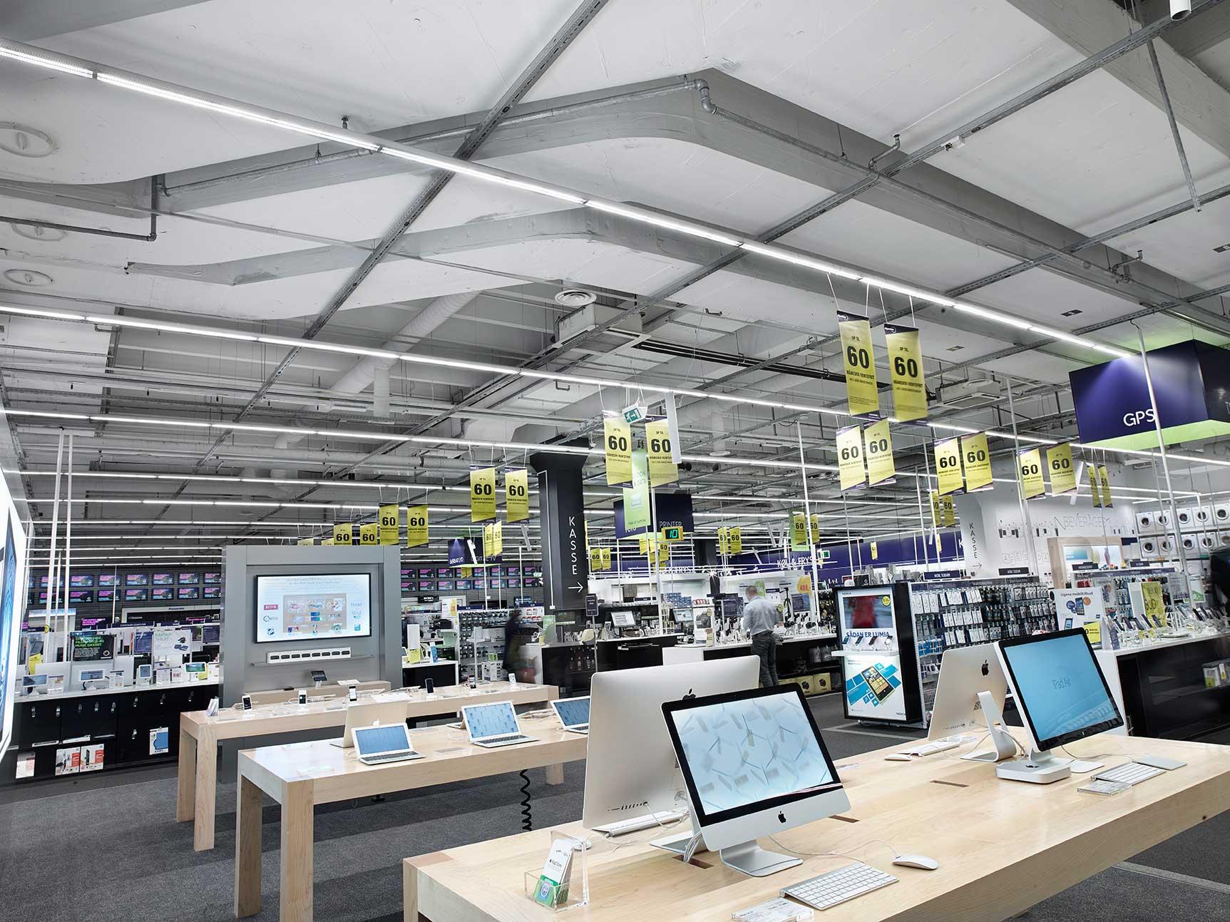 Linia indsats monteret i skinnesystem nedhængt fra loft i butik RIDI produkt - Luminex