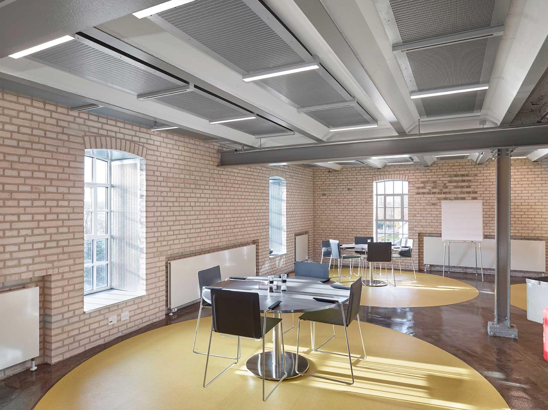 Matric lampe specialmontering indbygget i loft i frokoststue - Luminex