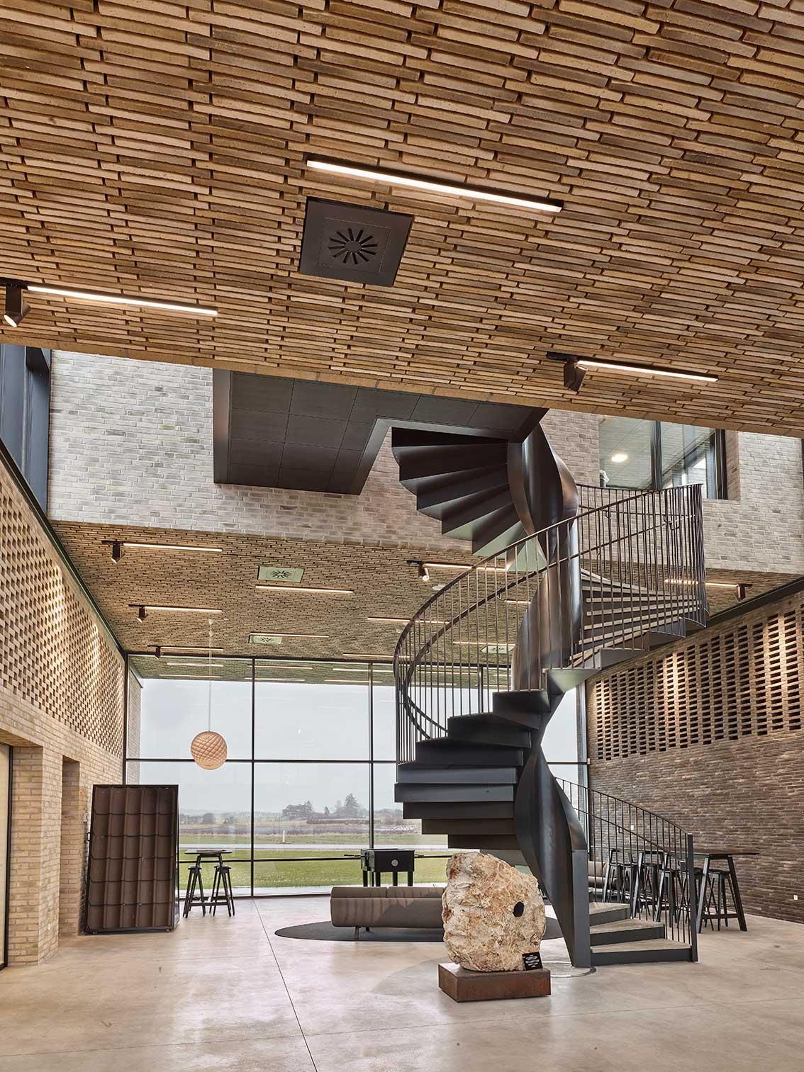 Matric aflang lampe og midpoint spotlight lampe monteret mellem murstene direkte i loftet i showroom - Luminex