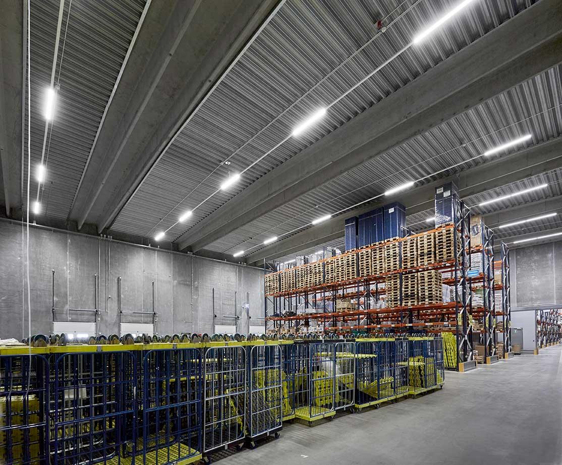 Linia indsats monteret i skinnesystem påbygget på loft i fryse højlager RIDI produkt - Luminex