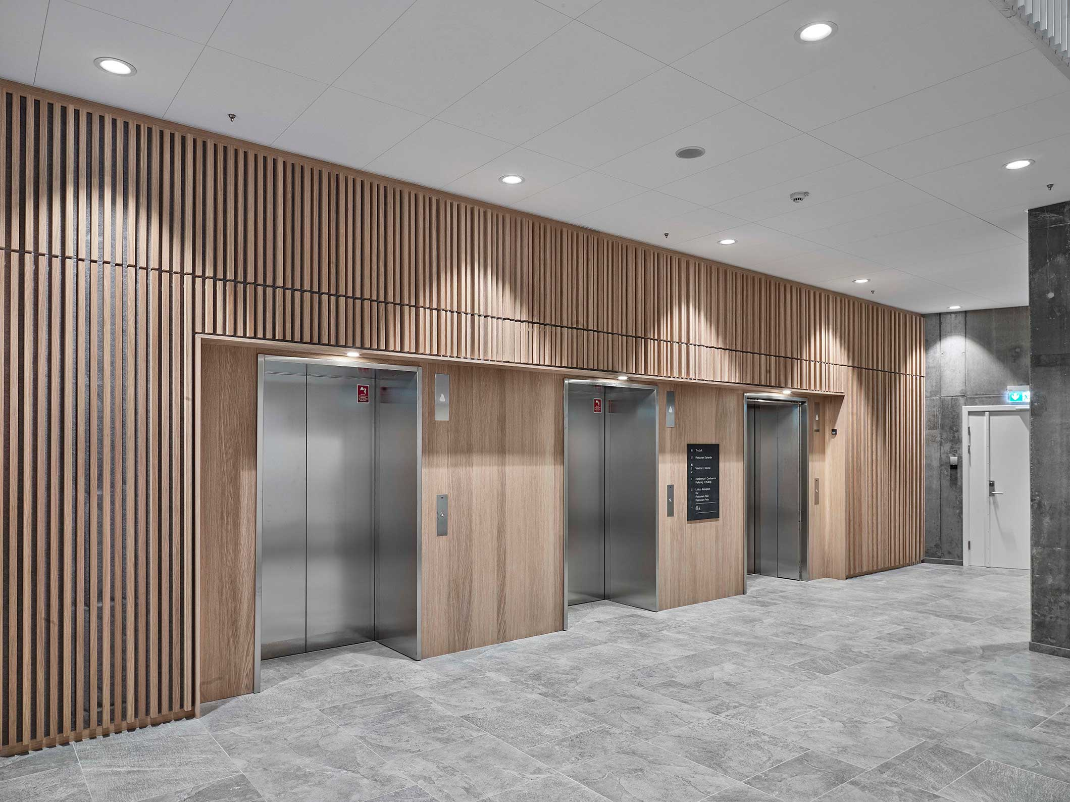 Linea DS-F 150 spotlight indbygget i loft ved elevatorer i hotel lobby - Luminex