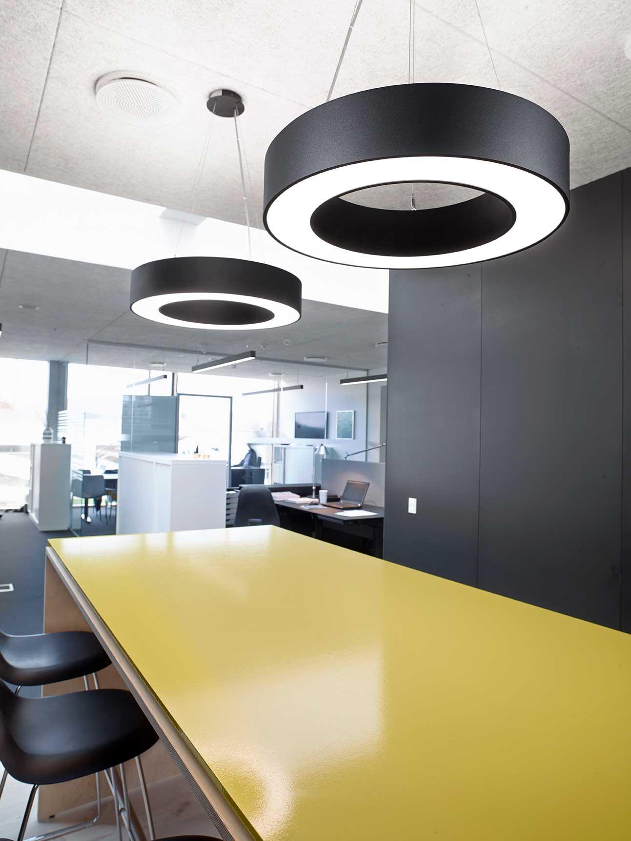 Ringo star pendel lampe nedhængt over gult mødebord i kontormiljø - Luminex