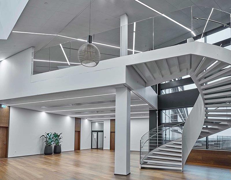 Matric aflang lampe monteret som lysbånd direkte i loft i foyer - Luminex