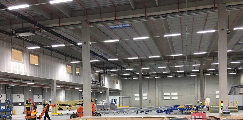 Linia indsats monteret i skinnesystem nedhængt fra loft på lager RIDI produkt - Luminex