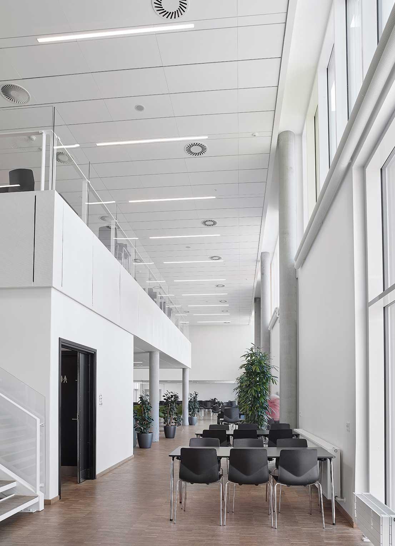 Matric aflang lampe monteret direkte i loftet i kantine med højt til loftet - Luminex